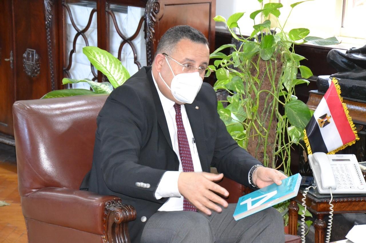 معهد جوتة يهدى كتاب دليل الاسكندرية المعمارى لرئيس جامعة الاسكندرية