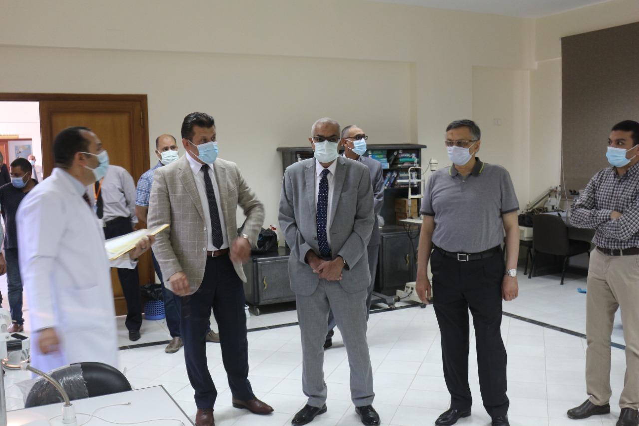 رئيس جامعة المنصورة يتفقد مراحل التطوير والتجهيز بالمستشفيات