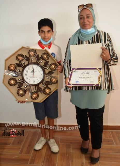 أحد المهندسات الفائزات مع نجلها والجوائز